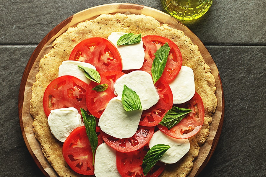 mozzarella and tomato pizza